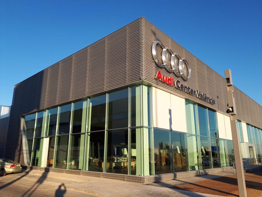 Cubierta y fachada Audi center